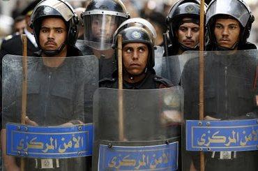 La policía egipcia no hace nada cuando ve que los cristianos son atacados